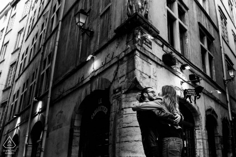 Frankreich - Lyon-Liebhaber umarmen sich auf den Straßen während der Verlobungsfotosession