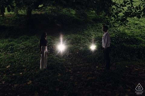 Lima, Peru engagement shoot met paar 's nachts met lichten