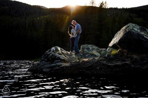 Colorado Pre Wedding Photographer - Wyróżnia się na półwyspie skalnym w Office Gulch, podczas gdy całują go ostatnie promienie słońca.