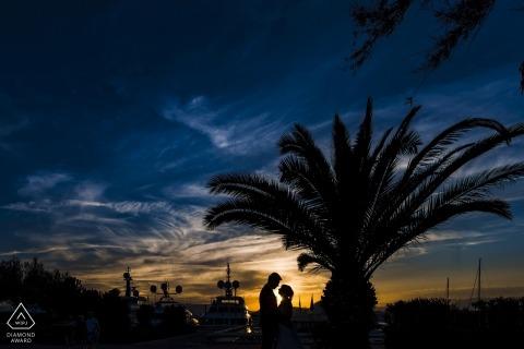 Cannes is dol op de palmboom tijdens zonsondergangfotoshoot voor verlovingsfoto's