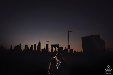Portrait de couple de fiançailles pont de Brooklyn dans la nuit