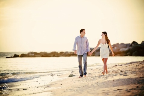 Key West Engagement Portrait Session mit einem Spaziergang am Strand.