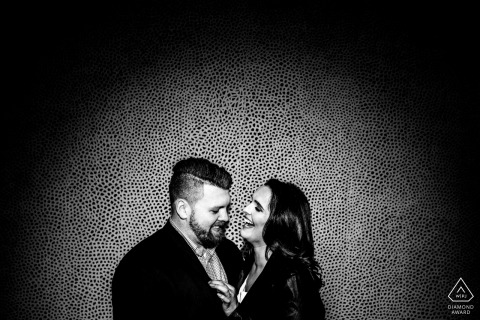 National Gallery of Art Ostflügel-Verlobungsfotografie - Das Paar lacht spielerisch vor einem Gemälde