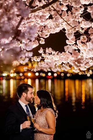Tidal Basin, Washington DC Pre Wedding Portrait - Een toast op hun oudejaarsavondhuwelijk om te komen tot de kersenbloesems in Washington DC