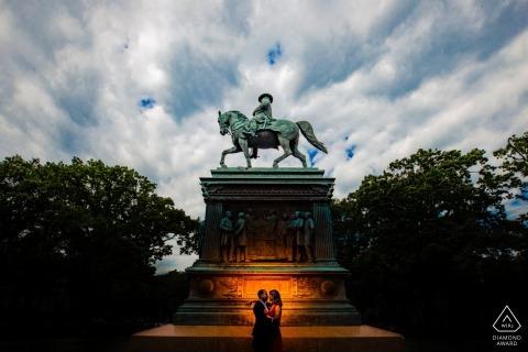 Washington DC Silhouette su un memoriale durante la sessione di foto di fidanzamento