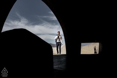 Cape Town portrait du couple de fiancés utilisant la lumière et l'architecture du lieu