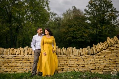 Cotswald Airport, UK Portrait de couple près d'un mur de pierre