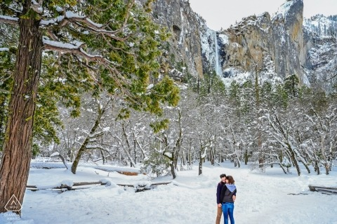 Yosemite - California couple in the destination with snow for portraits