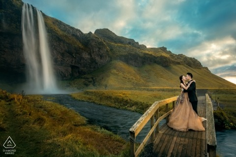 Ísland Photo Session for Couple at the Waterfall