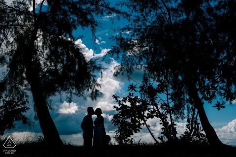 Krabi donker bos met blauwe lucht voor deze verlovingsfoto