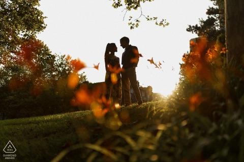Boston-Verlobungsporträt am Park in der Nachmittagssonne.