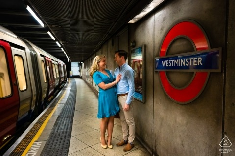 London Tube Pre Wedding Portraits - Paar auf Plattform bei Westminster Tube