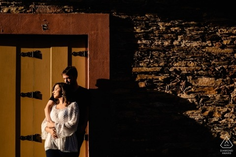 Ouro Preto, MG Engagement Session - Couple se tenant dans la lumière du soleil de l'après-midi