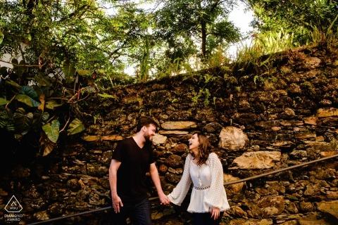 Ouro Preto, MG paar hand in hand door rotswand tijdens fotoshoot