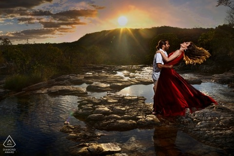 Pirenópolis Pré-wedding Portrait Photography at the beach during sunset