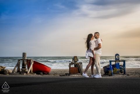 Cabo de Gata - Séance de photo avant le mariage à Almeria d'un couple sur la plage avec des bateaux.