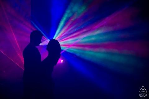 Verlobungsphotographie Veingrads, Bulgarien mit dem bunten Licht-Streaming, das ein Partygefühl schafft.