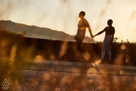 Lukka, Włochy, para sesji portretowych przed ślubem w późnym popołudniowym słońcu.