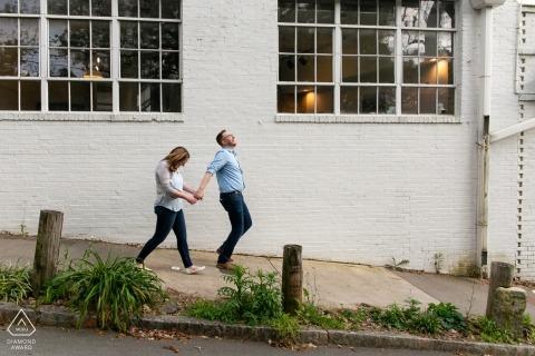Inman Park, Atlanta, GA - Portrait d'un couple engagé marchant