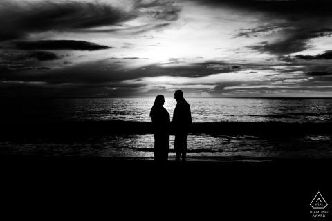 Khao Lak - Bang Niang Beach - Thailand Engagement Photo Session in zwart en wit op het strand