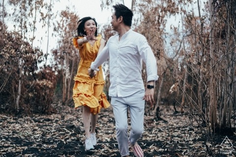 Da Nang-fotograaf voor verlovingsportretten in het bos