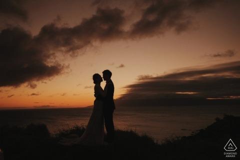 Hawaii, Verenigde Staten engagement shoot over het strand in de schemering