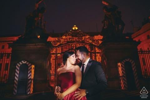 一對夫婦在布拉格城堡非常性感的夜間訂婚照片會議期間