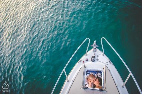 Portraits de fiançailles Syracuse sur un voilier - Lancer l'amour de l'air