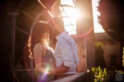 Verlobte Paare tauchen in die Fackeln ein, die die Sonne während dieses Vorhochzeitsshootings im Vigna Maggio Resort erzeugt