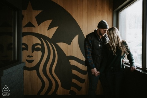Lake Tahoe Engagement Photos - Pris cette image d'un copule chez Starbucks