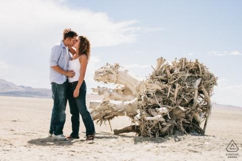 Salt Lake City, Utah Verlobungsfotos - Ein Paar umarmt sich auf den Salinen für ein Portrait.