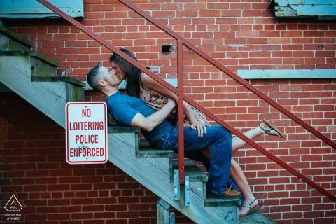 Baltimore, Maryland Sesja zaręczynowa - para całuje się na schodach w celu uzyskania portretów.