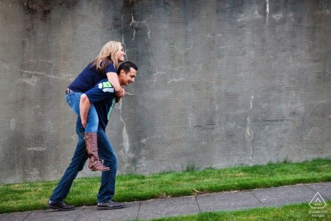 Seattle, Waszyngton Fotograf zaręczynowy | Dziewczyna jedzie na barana z tyłu facetów idących ulicą