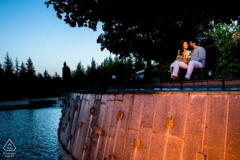 Séance de photographie avant mariage à Ankara - Un couple est assis sur un banc à côté d'une grande fontaine