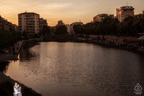 Photo de fiançailles à milano, italie au coucher du soleil à l'eau avec une lumière solo