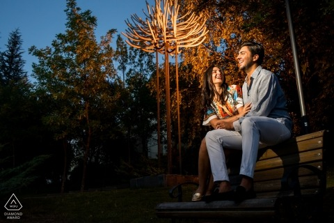 Bilkent University Main Campus - Het paar van Ankara zit op een bankje en giechelt tijdens een fotosessie vóór het huwelijk