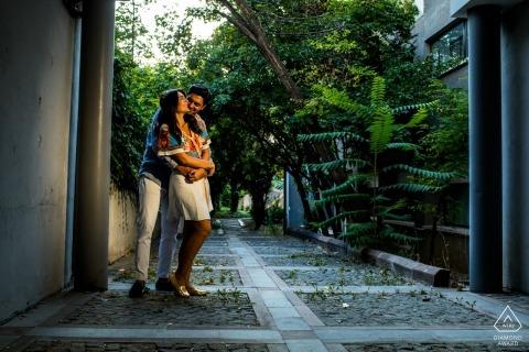 Campus principal de l'Université de Bilkent, Ankara - Un couple se tient et s'embrasse sous une porte lors d'une séance photo précédant le mariage.
