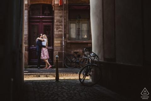 Strasbourg photographe de pré-mariage | Couple à la porte, au bout de la rue