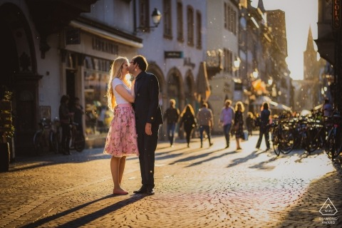 Straatsburg pre bruiloft shoot met paar en achtergrondverlichting in het midden van de straat