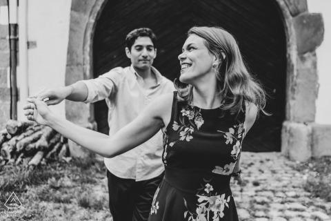 Allerheiliger Wedding and Engagement Photography - Foto van een paar dat voor de houten deur danst