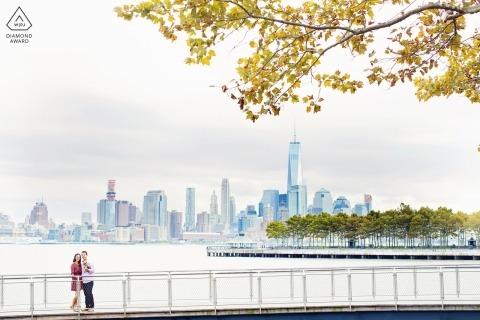 Hoboken New Jersey-Verlobungsfotografiesitzung mit NYC-Skylinen im Hintergrund