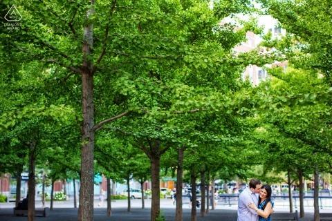 Hoboken, New Jersey Verlobungsfotosession mit den grünen Bäumen