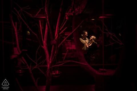Duluth Engagement Photographer - para spędzająca czas w nocnym pokoju podczas sesji portretowej