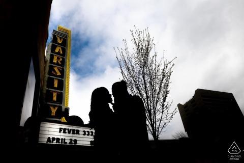 Sylwetka para Minneapolis przez znak teatru podczas sesji portret zaręczynowej.