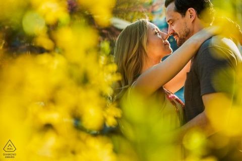 Séance photo d'engagement avec Northern Liberties utilisant le soleil et les fleurs jaunes qui poussaient sur le trottoir.