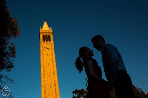 UC Berkeley Engagement Portraits près de la tour de l'horloge