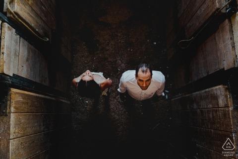 Medina de Rioseco Betrokkenheidsfotograaf - Portret bevat: hoog, boven, hoek, kijkend, omlaag, paar