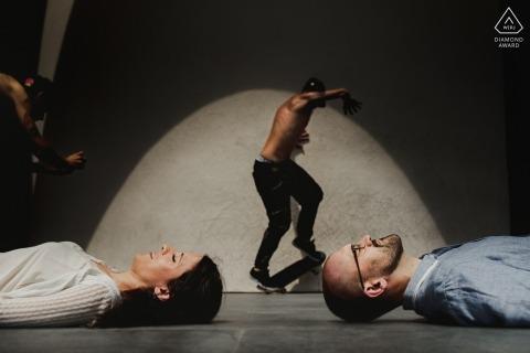 Portret zaręczynowy w Barcelonie - obraz zawiera: skater, skateboarder, skate, board, couple, creative, shoot