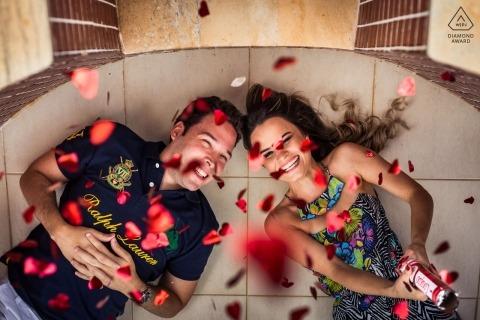 Betrokkenheidsportret uit Vicosa, Brazilië | Paar dat op de grond legt die harten op de camera in brand steekt
