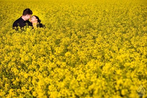 Betrokkenheidsfotograaf voor Wiesbaden, Duitsland | Koppel op een veld met bloemen